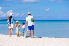 Πίσω άποψη μιας νέας οικογένειας στην τροπική παραλία Στοκ φωτογραφία με δικαίωμα ελεύθερης χρήσης