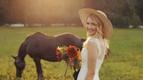 Πίσω άποψη μιας όμορφης τοποθέτησης νυφών κοντά σε ένα άλογο φιλμ μικρού μήκους