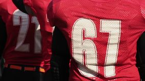 Πίσω άποψη ομάδων αμερικανικού ποδοσφαίρου, παίκτες έτοιμοι να εισαγάγουν τον τομέα για το παιχνίδι απόφασης απόθεμα βίντεο