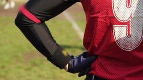 Πίσω άποψη της αντιστοιχίας αμερικανικού ποδοσφαίρου προσοχής παικτών επιφύλαξης από τα περιθώρια απόθεμα βίντεο