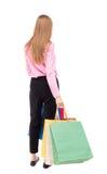 Πίσω άποψη της γυναίκας με τις τσάντες αγορών Στοκ φωτογραφίες με δικαίωμα ελεύθερης χρήσης