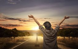 Πίσω άποψη της γυναίκας που αυξάνει το χέρι με την ανοικτή παλάμη προσευμένος στοκ εικόνες