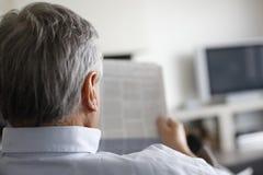 Πίσω άποψη της εφημερίδας ανάγνωσης ατόμων Στοκ Εικόνες