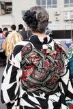 Πίσω άποψη της ιαπωνικής νέας γυναίκας που φορά το παραδοσιακό κιμονό Στοκ Εικόνες