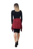Πίσω άποψη της κομψής νέας γυναίκας στα μαύρα παπούτσια φορεμάτων και στιλέτων που περπατά μακριά Στοκ φωτογραφίες με δικαίωμα ελεύθερης χρήσης