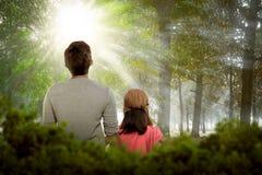 Πίσω άποψη της κόρης και του πατέρα που χαλαρώνουν από κοινού Στοκ φωτογραφίες με δικαίωμα ελεύθερης χρήσης