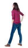 Πίσω άποψη της μόνιμης νέας όμορφης γυναίκας brunette στο κόκκινο pul Στοκ φωτογραφία με δικαίωμα ελεύθερης χρήσης