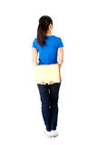 Πίσω άποψη της νέας γυναίκας σπουδαστών που κρατά ένα σημειωματάριο. Στοκ Φωτογραφία