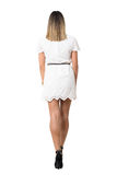 Πίσω άποψη της νέας προκλητικής γυναίκας στο φόρεμα δαντελλών που περπατά μακριά Στοκ Εικόνες