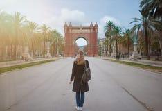 Πίσω άποψη της ξανθής γυναίκας με Arc de Triomf στη Βαρκελώνη στο υπόβαθρο Στοκ Φωτογραφίες