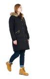 Πίσω άποψη της πηγαίνοντας γυναίκας στη ζακέτα Στοκ φωτογραφία με δικαίωμα ελεύθερης χρήσης