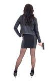 Πίσω άποψη της προκλητικής γυναίκας στο μαύρο πυροβόλο όπλο εκμετάλλευσης που απομονώνεται στο λευκό Στοκ Εικόνες