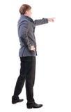 Πίσω άποψη της υπόδειξης των νέων επιχειρησιακών ατόμων στο παλτό Στοκ εικόνες με δικαίωμα ελεύθερης χρήσης