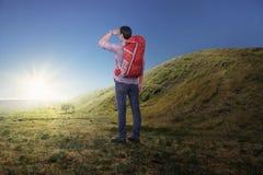 Πίσω άποψη του ασιατικού ατόμου με το σακίδιο πλάτης που εξετάζει την πανοραμική άποψη Στοκ φωτογραφία με δικαίωμα ελεύθερης χρήσης
