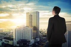 Πίσω άποψη του ασιατικού επιχειρησιακού ατόμου που φαίνεται ο ουρανός Στοκ φωτογραφία με δικαίωμα ελεύθερης χρήσης