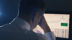 Πίσω άποψη του επιχειρηματία που έχει την πίεση στο γραφείο Το άτομο έχει έναν πονοκέφαλο στην εργασία γραφείων απόθεμα βίντεο