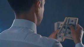 Πίσω άποψη του επιχειρηματία στο άσπρο πουκάμισο που μετρά τους αμερικανικούς λογαριασμούς Μετρώντας χρήματα ατόμων, έννοια κέρδο φιλμ μικρού μήκους