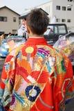 Πίσω άποψη του ιαπωνικού νεαρού άνδρα που φορά το παραδοσιακό κιμονό Στοκ εικόνες με δικαίωμα ελεύθερης χρήσης