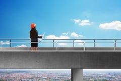 Πίσω άποψη του κατασκευαστή στη γέφυρα Στοκ φωτογραφία με δικαίωμα ελεύθερης χρήσης