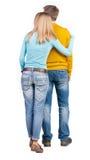Πίσω άποψη του νέου ζεύγους αγκαλιάσματος Στοκ εικόνα με δικαίωμα ελεύθερης χρήσης