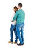 Πίσω άποψη του νέου ζεύγους αγκαλιάσματος Στοκ Εικόνες