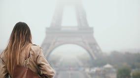 Πίσω άποψη του νέου μοντέρνου περπατήματος γυναικών κεντρικός κοντά στον πύργο του Άιφελ στο Παρίσι, Γαλλία το ομιχλώδες πρωί απόθεμα βίντεο