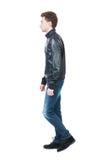 Πίσω άποψη του πηγαίνοντας όμορφου ατόμου στο σακάκι περπατώντας νέος τύπος Στοκ φωτογραφίες με δικαίωμα ελεύθερης χρήσης