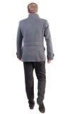 Πίσω άποψη του πηγαίνοντας όμορφου επιχειρησιακού ατόμου στο παλτό Στοκ φωτογραφία με δικαίωμα ελεύθερης χρήσης