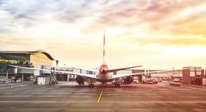 Πίσω άποψη του σύγχρονου αεροπλάνου στην τελική πύλη έτοιμη για την απογείωση στοκ εικόνες