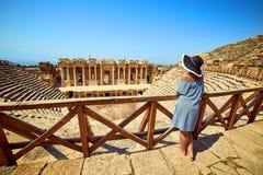 Πίσω άποψη του ταξιδιώτη γυναικών στο καπέλο που εξετάζει τις καταπληκτικές καταστροφές αμφιθεάτρων σε αρχαίο Hierapolis, Pamukka στοκ φωτογραφίες με δικαίωμα ελεύθερης χρήσης