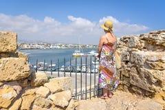 Πίσω άποψη του ταξιδιώτη γυναικών στο καπέλο στοκ φωτογραφίες με δικαίωμα ελεύθερης χρήσης