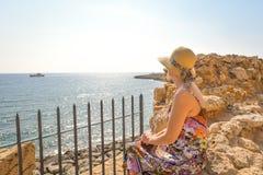 Πίσω άποψη του ταξιδιώτη γυναικών στο καπέλο στοκ εικόνες