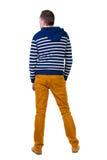 Πίσω άποψη του όμορφου ατόμου στο ριγωτό με κουκούλα πουλόβερ Στοκ εικόνα με δικαίωμα ελεύθερης χρήσης