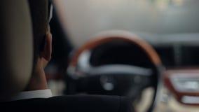Πίσω άποψη του punching επιχειρηματιών τιμονιού, αναμονή στην κυκλοφοριακή συμφόρηση απόθεμα βίντεο