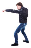 Πίσω άποψη των αστείων παλών τύπων που κυματίζουν τα όπλα και τα πόδια του Στοκ φωτογραφία με δικαίωμα ελεύθερης χρήσης