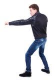 Πίσω άποψη των αστείων παλών τύπων που κυματίζουν τα όπλα και τα πόδια του Στοκ Εικόνες