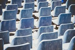 Πίσω άποψη των μπλε πλαστικών καθισμάτων ανοικτός-aitr-ανοιγμένο thetre αφηρημένο πρότυπο Στοκ Φωτογραφία