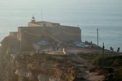 πίσω από θολωμένο παραδοσιακό ξύλινο sitio της Πορτογαλίας φάρων λεπτομέρειας απότομων βράχων τόξων βαρκών nazare Στοκ εικόνα με δικαίωμα ελεύθερης χρήσης