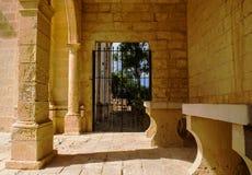 Πίσω από μια παλαιά πύλη σιδήρου στοκ φωτογραφία με δικαίωμα ελεύθερης χρήσης