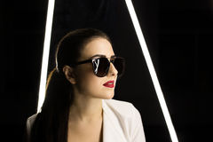 πίσω από τα γυαλιά κοριτσιών βιβλίων που κρύβουν το πορτρέτο σημειωματάριων στούντιο πάθος χειλικό κόκκινο Στοκ φωτογραφία με δικαίωμα ελεύθερης χρήσης