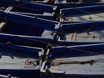Πίσω από τα μπλε αλιευτικά σκάφη, που φωτίζονται μερικώς από τον ήλιο, αφηρημένο υπόβαθρο, ορθογώνια τετράγωνα για το κείμενο Στοκ φωτογραφία με δικαίωμα ελεύθερης χρήσης