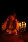 πίσω από την ανάγνωση κοριτσ Στοκ εικόνα με δικαίωμα ελεύθερης χρήσης