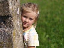 πίσω από την πέτρα κοριτσιών σ& Στοκ φωτογραφία με δικαίωμα ελεύθερης χρήσης