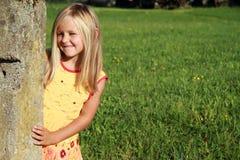 πίσω από την πέτρα κοριτσιών σ& Στοκ φωτογραφίες με δικαίωμα ελεύθερης χρήσης