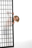 πίσω από την όμορφη οθόνη έξω κρυφοκοιτάγματος κοριτσιών Στοκ φωτογραφία με δικαίωμα ελεύθερης χρήσης