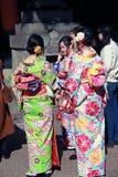 Πίσω από της ιαπωνικής γυναίκας τρία στο φόρεμα κιμονό στη λάρνακα Fushimi Inari Στοκ Εικόνα