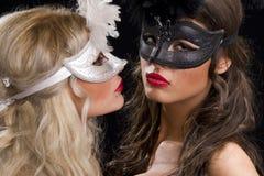 πίσω από τη μάσκα κοριτσιών Στοκ Φωτογραφίες