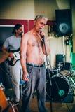 Πίσω από τη σκηνή Πρακτική ορχήστρας ροκ στο ακατάστατο στούντιο μουσικής καταγραφής Στοκ φωτογραφίες με δικαίωμα ελεύθερης χρήσης