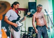 Πίσω από τη σκηνή Πρακτική ορχήστρας ροκ στο ακατάστατο στούντιο μουσικής καταγραφής Στοκ εικόνες με δικαίωμα ελεύθερης χρήσης