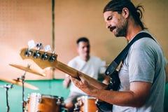 Πίσω από τη σκηνή Πρακτική ορχήστρας ροκ στο ακατάστατο στούντιο μουσικής καταγραφής Στοκ φωτογραφία με δικαίωμα ελεύθερης χρήσης